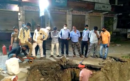 Green gas pipe cracked while digging a pit in the road Agra
