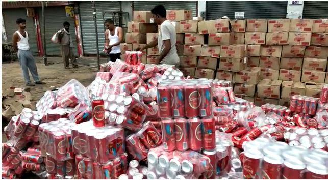 truck full beer cans overturned Eta up hindi latest news