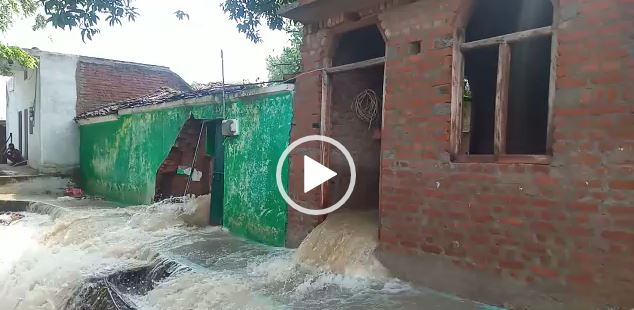 Jhansi heavy rains water filled homes villagers atmosphere panic