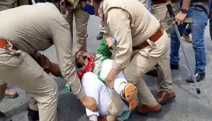 SP student leaders are protesting against the policies of the BJP